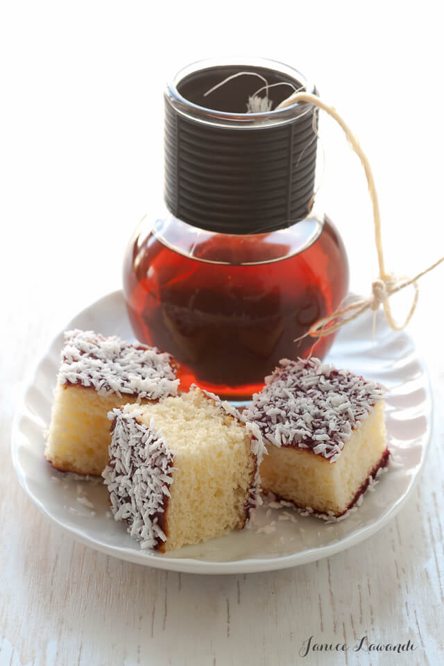 Raspberry-lamingtons with tea